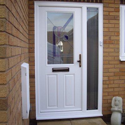 Apeer front door with sidescreen