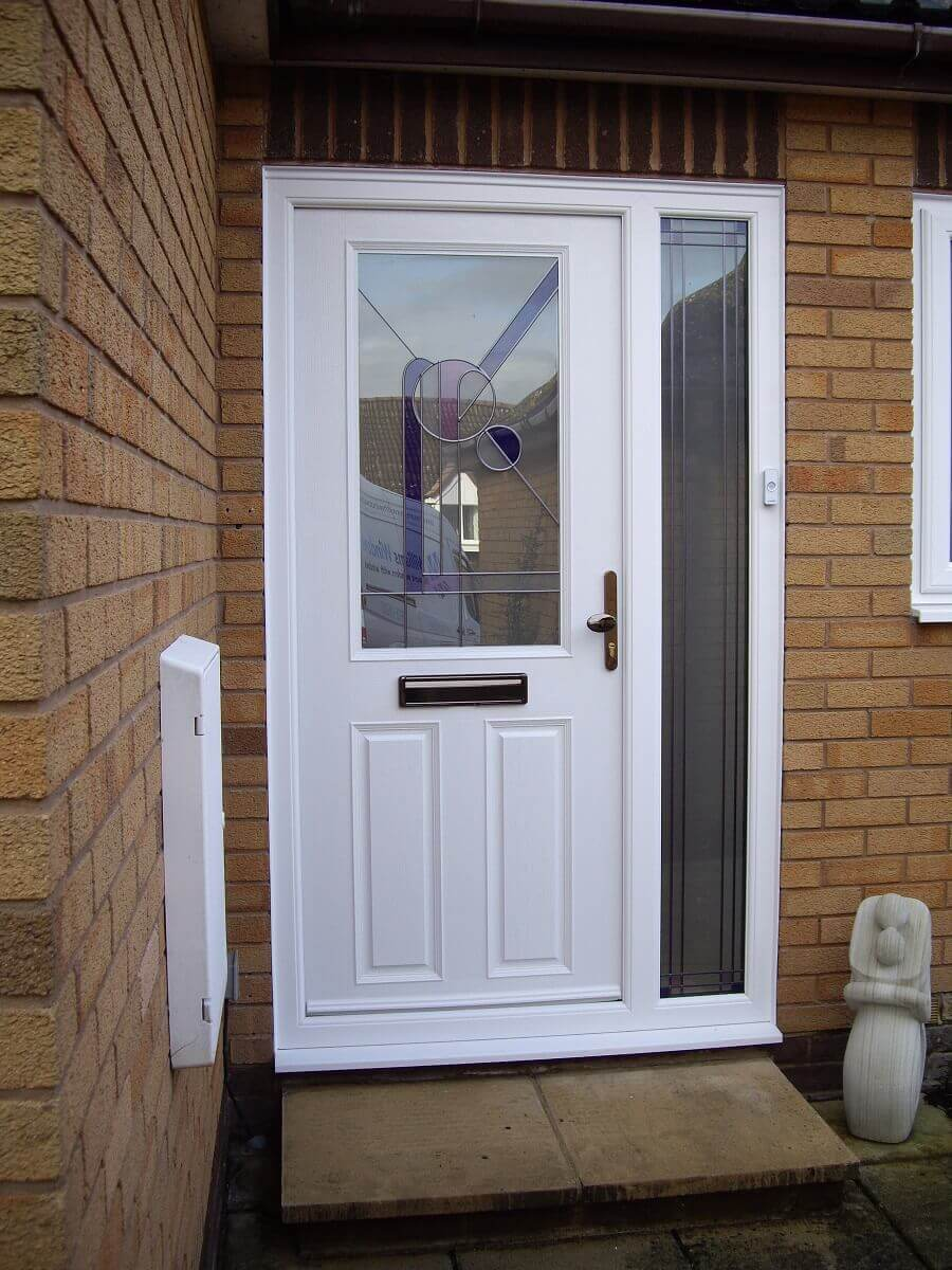 Apeer front door with sidescreen
